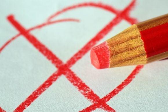 間違った敬語にチェックを入れる赤鉛筆