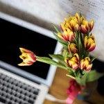 デスクに飾られる花