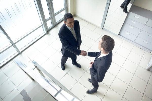 来客対応中のビジネスマン