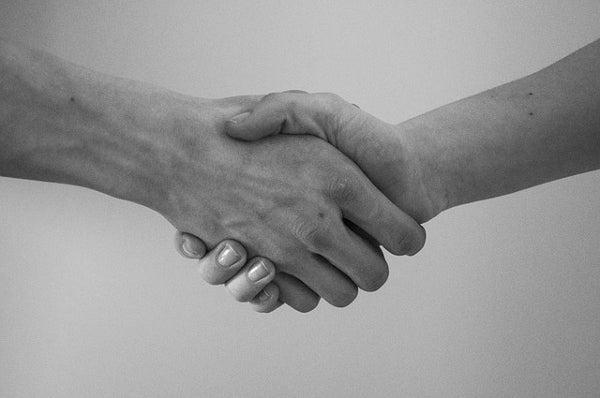 繋がりのための握手