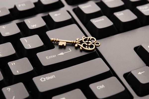 キーボードの上に鍵が置かれている
