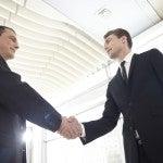 二人のビジネスマンががっちり握手