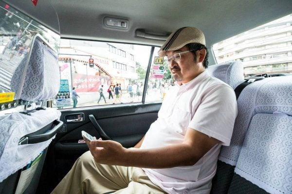 タクシーに乗る人