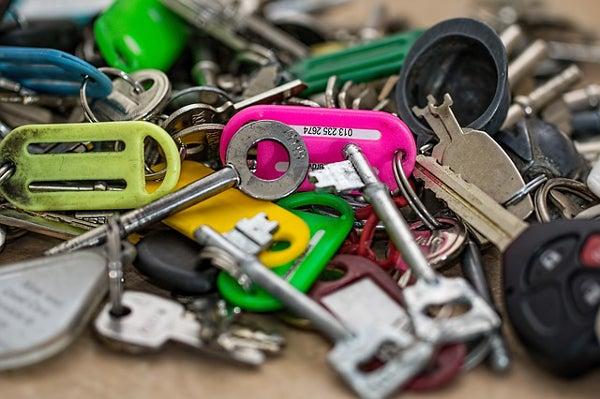 たくさんの鍵が置かれている
