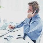 英語で電話対応をする男性