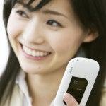 気持ちの良い電話対応に満足する女性