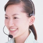 笑顔で電話応対をする女性