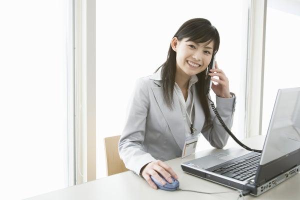 共通語を使用するコールセンタースタッフ