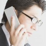 電話に応答するビジネスマン