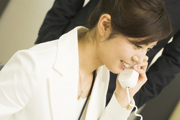 woman_beside_telephone02