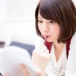 雑学を勉強する女性