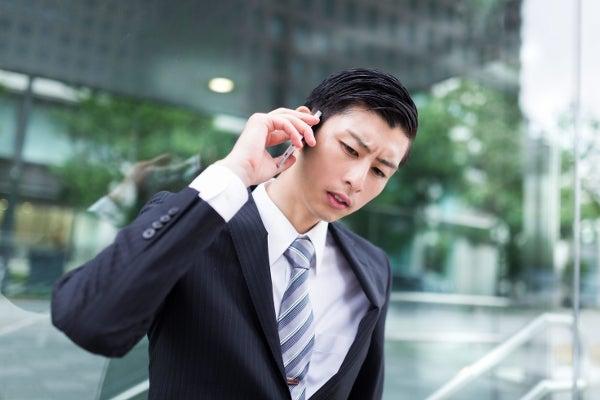 全国電話番号貸出サービスを利用するフリーランスの男性