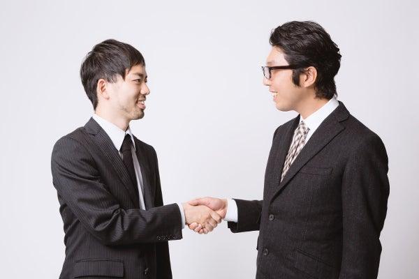 握手をする二人のビジネスマン