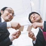 名刺交換を行うビジネスマンの二人