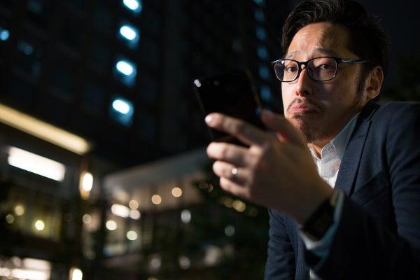 スマートフォンの制限で嘆くビジネスマン