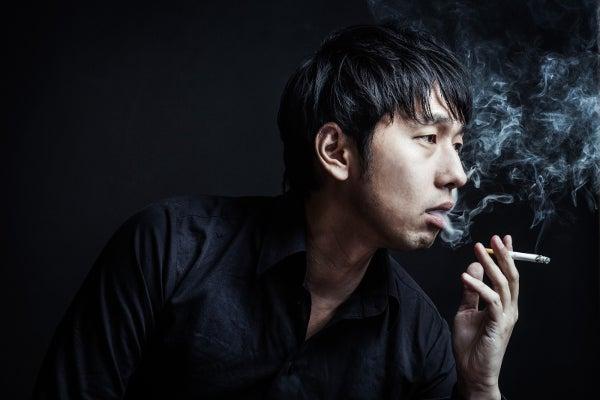 たばこを吹かしている男