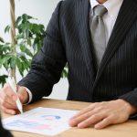資格取得のために勉強するビジネスマン