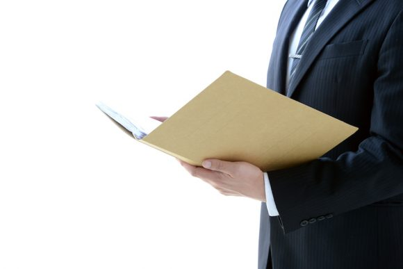 不動産売買契約書を確認する男性