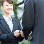 ライバル会社への転職を考えるビジネスマン
