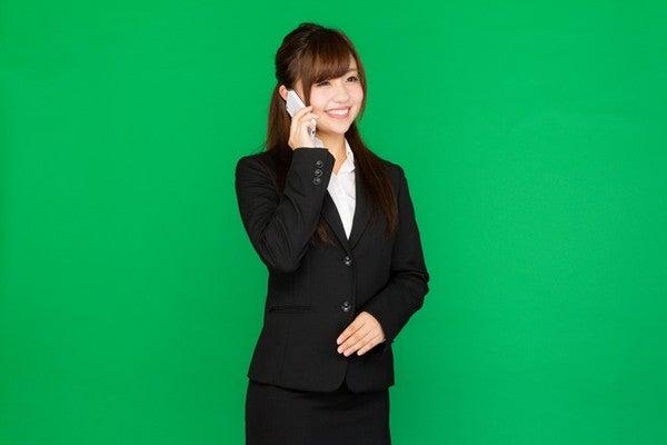面接の電話をかける女性