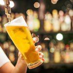 上司と一緒に飲むビール