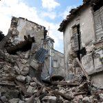 地震によって倒壊した家
