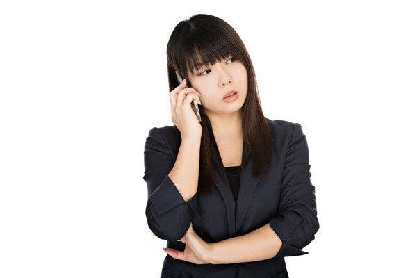 失礼な電話対応をされた女性