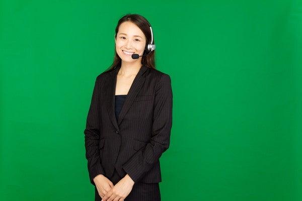 AIが導入されたコールセンターで働く女性