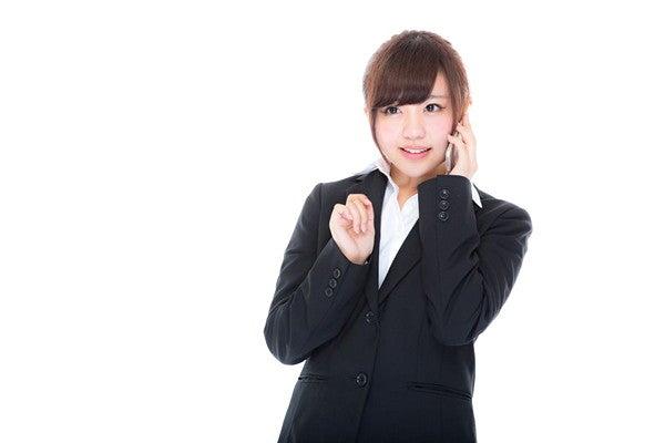ビジネス電話を行う女性