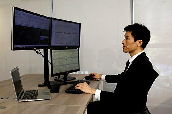 証券会社で働く男性