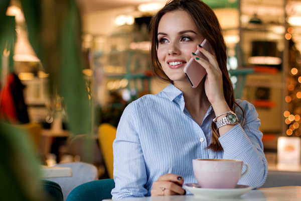 電話対応を行う女性