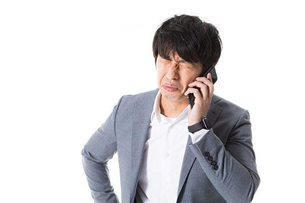 電話で謝罪するビジネスパーソン