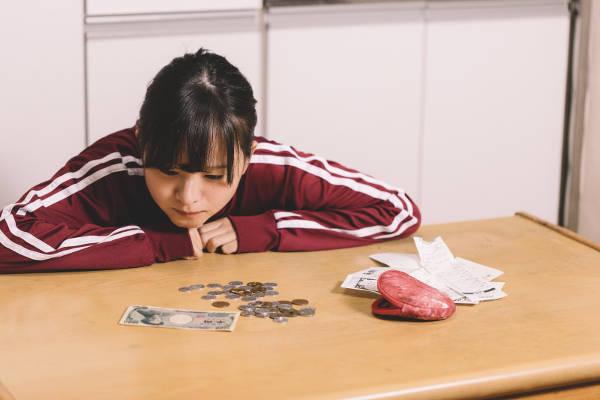 債務整理に悩む女性