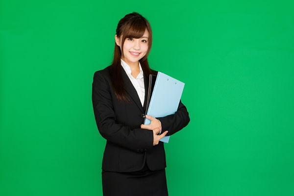 事務所で仕事をする女性