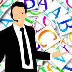 コールセンターの業界用語を紹介するオペレーター