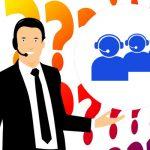 コールセンター業務を説明するオペレーター