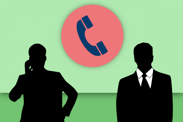 電話対応を行うビジネスパーソン